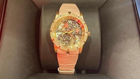 电竞选手这么富?Doinb送老婆限量手表